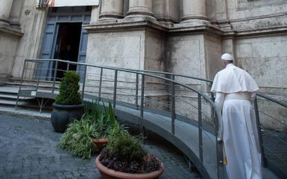 Coronavirus, Papa a piedi a Roma prega per fine pandemia