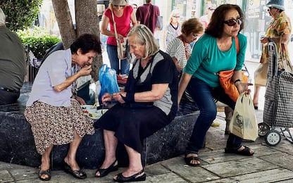 Anziani, socializzare con amici e estranei rende più attivi