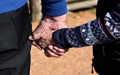 Dolore, stringere la mano del partner aiuta ad alleviarlo