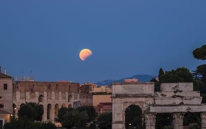 """La Luna """"morsa"""" dalla Terra incanta la notte di Roma. FOTO"""