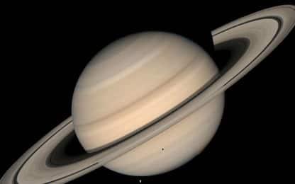 Saturno, gli anelli del pianeta sono 'scolpiti' da piccole lune