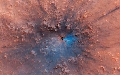 Marte, la sonda Mro ha fotografato un cratere d'impatto nero e blu