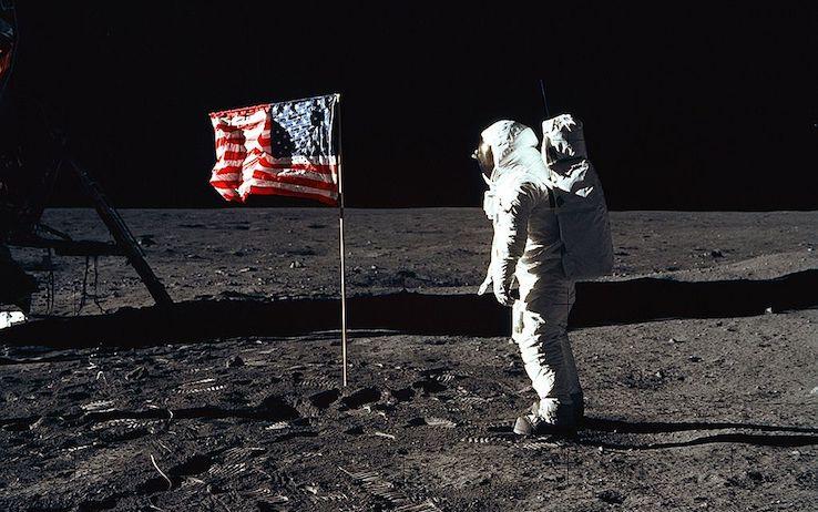 Durante la missioni due astronauti piantano anche una bandiera degli Stati Uniti sulla Luna (Getty Images)