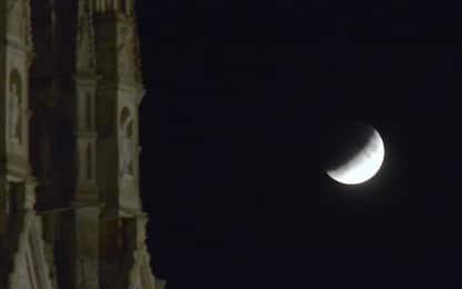Eclissi lunare, da Milano a Gaza le foto da tutto il mondo