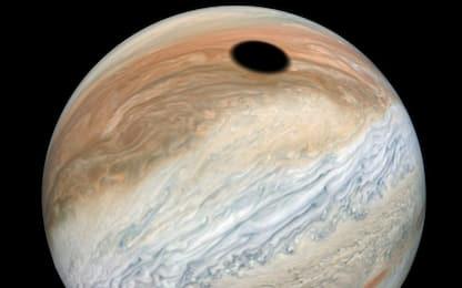 Eclissi solare su Giove, spettacolari immagini della sonda Juno