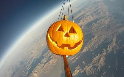 Halloween, lanciata una zucca nello spazio. VIDEO