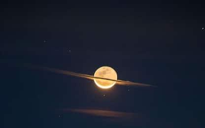 """La Luna """"si traveste"""" da Saturno nella foto astronomica del giorno"""