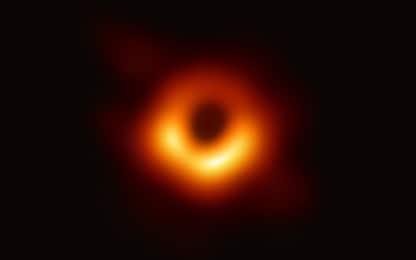 Compie un anno la prima foto di un buco nero
