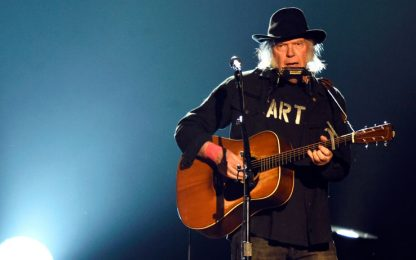"""Neil Young pubblica un nuovo video di """"Peace Trail"""""""