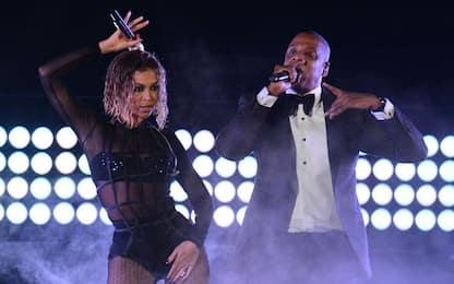 Beyoncé bloccata su  palco sopraelevato durante un concerto