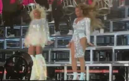 Al Coachella Beyoncé e Solange cadono durante il concerto