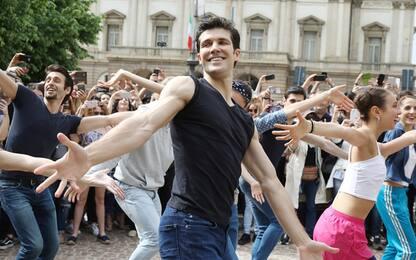 Milano, il flash mob di Roberto Bolle
