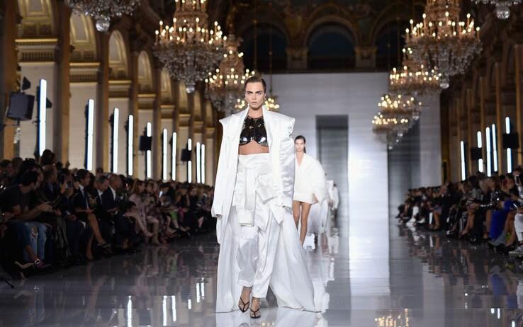 Cara Delevingne alla sfilata di Balmain a Parigi - Getty Images