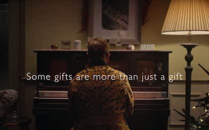 """Il ragazzo e il pianoforte"""": magia nello spot di Natale di Elton John"""