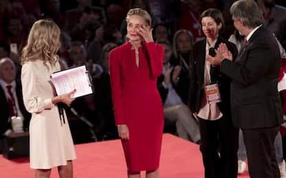 Sharon Stone in lacrime per la medaglia d'oro al merito della CRI