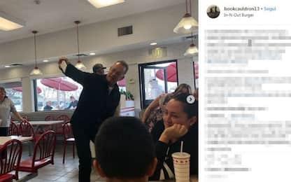 Tom Hanks paga il conto ai clienti di un fast food in California