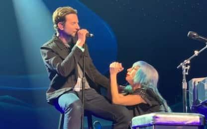 Lady Gaga e Bradley Cooper a sorpresa sul palco per un duetto. VIDEO