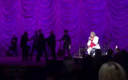 Toto Cutugno, uomo sale sul palco al concerto a Kiev. FOTO