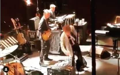 Bob Dylan, troppe foto al concerto: inciampa e rimprovera il pubblico