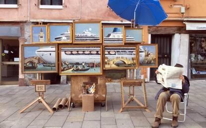Banksy espone a Venezia: allontanato dai vigili. Il video su Instagram