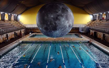 A Milano si nuota con una luna gigante alla piscina Cozzi