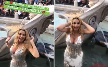 Valeria Marini, ballo in fontana della Barcaccia a Roma: multa e Daspo