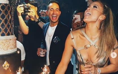 Jennifer Lopez scatenata alla festa per i suoi 50 anni: VIDEO