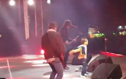 Foo Fighters a Belfast, bimbo di 5 anni sul palco: VIDEO
