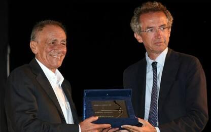 """A Vecchioni il premio La Ginestra: """"Leopardi più cattivo dei trapper"""""""