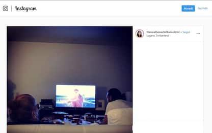Mina riappare su Instagram: fotografata mentre guarda la tv sul divano