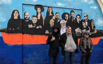 Guccini lancia il nuovo album con un murales di TvBoy a Bologna. VIDEO