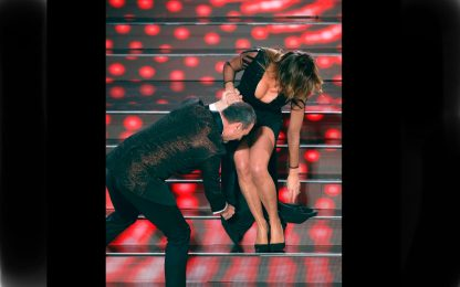 Sanremo 2020, Sabrina Salerno incastrata nella scalinata