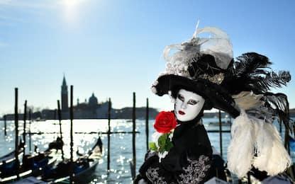 Carnevale Venezia, la città si colora con le maschere. FOTO