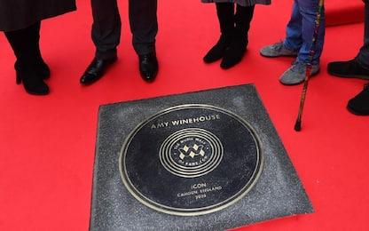 Amy Winehouse ottiene una targa sulla Music Walk of Fame di Londra