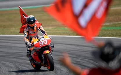MotoGp, Marquez vince Gp di Catalunya. Caduta di gruppo nei primi giri
