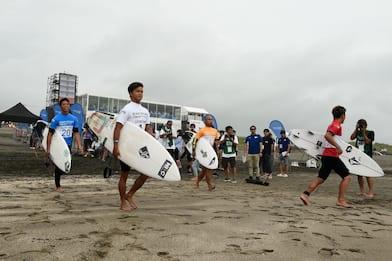 Francia, SOS umano dei surfisti per l'ambiente VIDEO