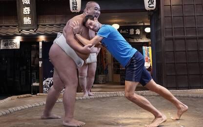 """Djokovic """"sfida"""" un lottatore di sumo a Tokyo"""