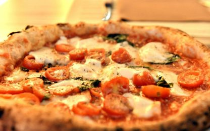 Pavia, mangia una pizza e un boccone gli va di traverso: grave 51enne
