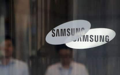 Samsung, un brevetto rivela uno smartphone con display arrotolabile