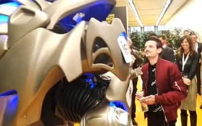 Fabio Rovazzi incontra un robot: il siparietto allo IAB Forum. VIDEO