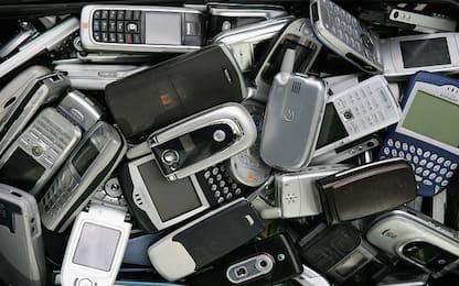 Rubarono 70 smartphone in un negozio: due arresti nel Napoletano