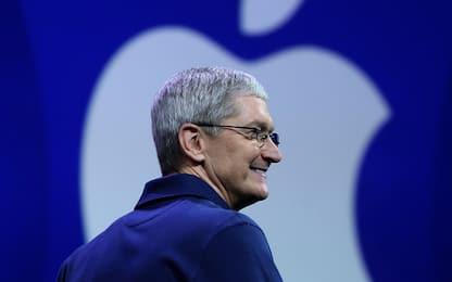 Apple, iPhone giù ma lo stipendio di Tim Cook è record: 15.7 milioni