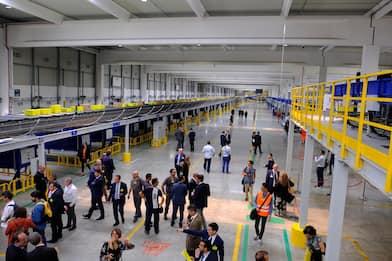 Poste inaugura il maxi-hub a Bologna: smista 250mila pacchi al giorno