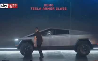 Elon Musk lancia il Cybertruck di Tesla, flop al debutto: VIDEO